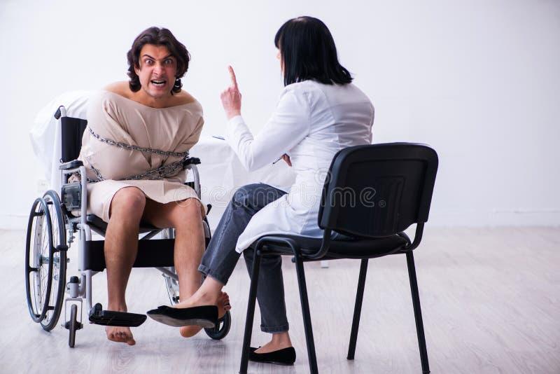 Παλαιός θηλυκός ψυχίατρος που επισκέπτεται το νέο αρσενικό ασθενή στοκ φωτογραφία με δικαίωμα ελεύθερης χρήσης
