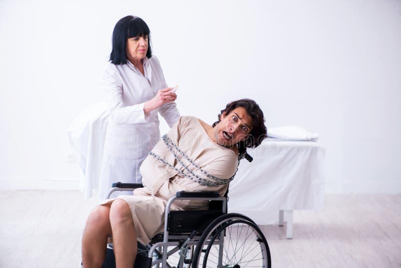 Παλαιός θηλυκός ψυχίατρος που επισκέπτεται το νέο αρσενικό ασθενή στοκ φωτογραφίες με δικαίωμα ελεύθερης χρήσης