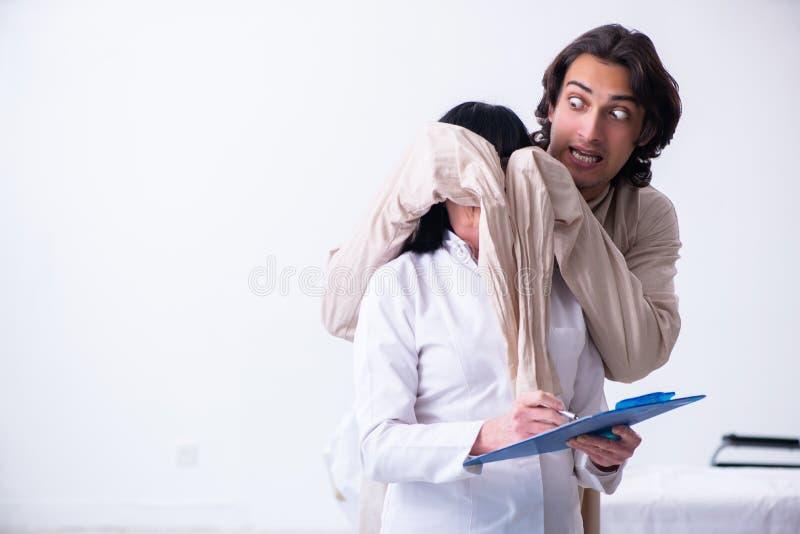 Παλαιός θηλυκός ψυχίατρος που επισκέπτεται το νέο αρσενικό ασθενή στοκ φωτογραφίες