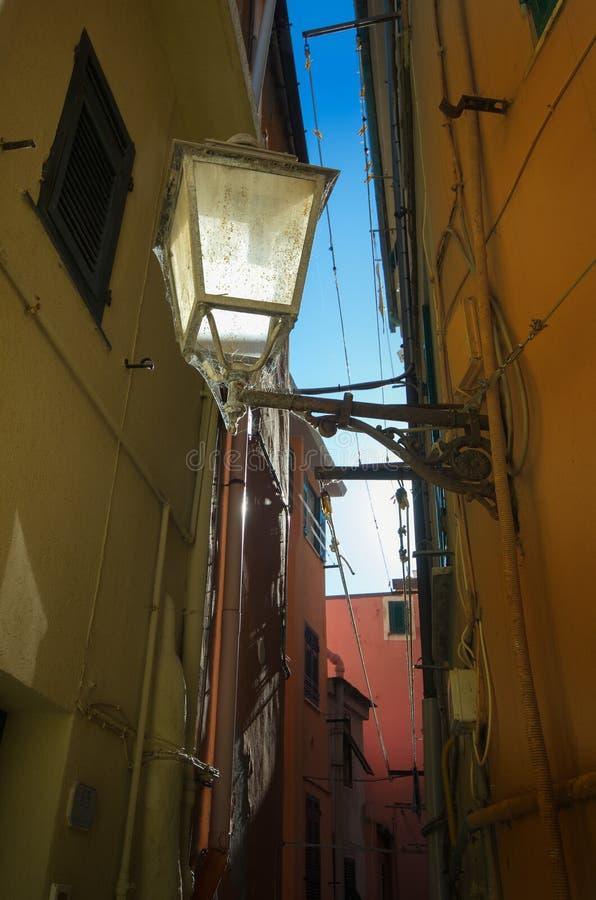 Παλαιός και χαρακτηριστικός φωτισμός στις αλέες του χωριού Vernazza στοκ εικόνα με δικαίωμα ελεύθερης χρήσης