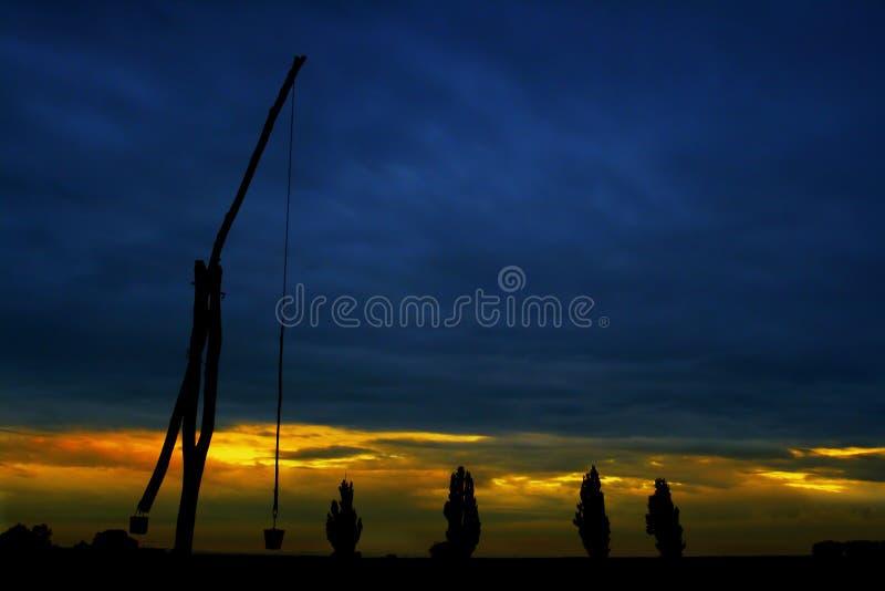 Παλαιός καλά ενάντια στον ουρανό στοκ φωτογραφία με δικαίωμα ελεύθερης χρήσης