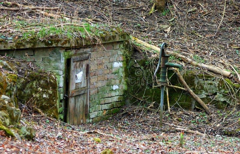 Παλαιός καλά στο δάσος στο φθινόπωρο στοκ φωτογραφία με δικαίωμα ελεύθερης χρήσης