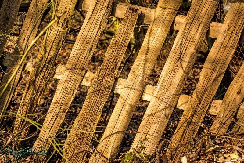 Παλαιός καταρρεσμένος φράκτης στύλων στοκ εικόνα με δικαίωμα ελεύθερης χρήσης