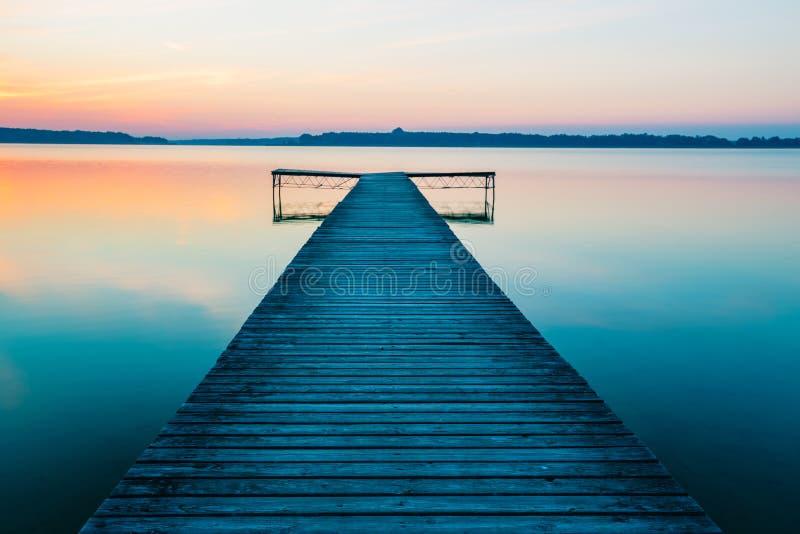 Παλαιός κενός ξύλινος λιμενοβραχίονας στη λίμνη, κατά τη διάρκεια της ανατολής στοκ φωτογραφίες με δικαίωμα ελεύθερης χρήσης