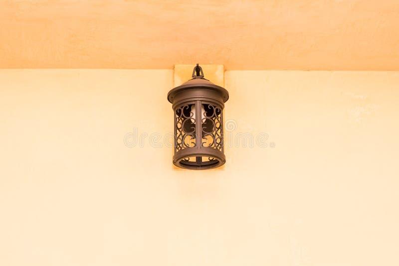 Παλαιός λαμπτήρας χαλκού στον τοίχο τσιμέντου στοκ εικόνες