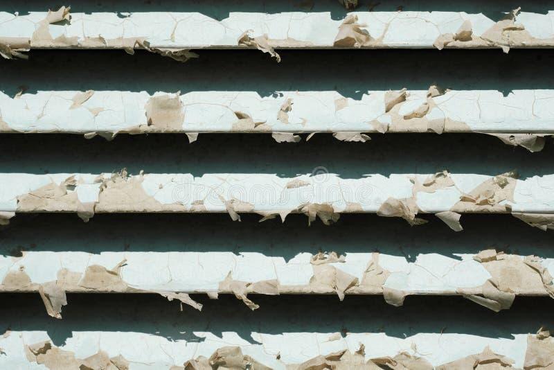 Παλαιός μεταλλικός εξαερισμός που εγκαθίσταται στον τοίχο ενός δωματίου εξυπηρέτησης ή στο σπίτι, φόντο παλαιού τύπου grunge στοκ φωτογραφίες