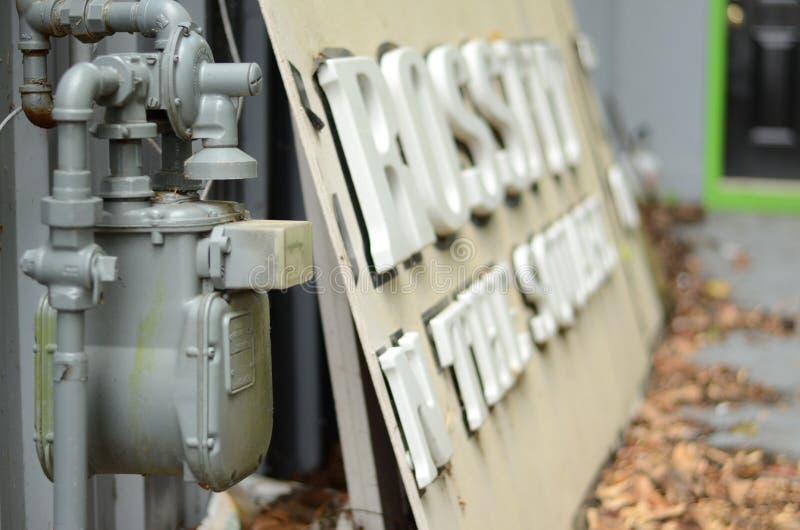 Παλαιός μετρητής αερίου δίπλα σε ένα εγκαταλειμμένο crossfit σημάδι στοκ εικόνες