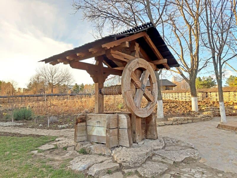 Παλαιός ξύλινος κήπος καλά Διακοσμητικός ξύλινος καλά στοκ εικόνες