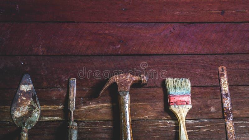 Παλαιός ξύλινος με τα παλαιά σκουριασμένα εργαλεία ξυλουργικής στοκ εικόνες