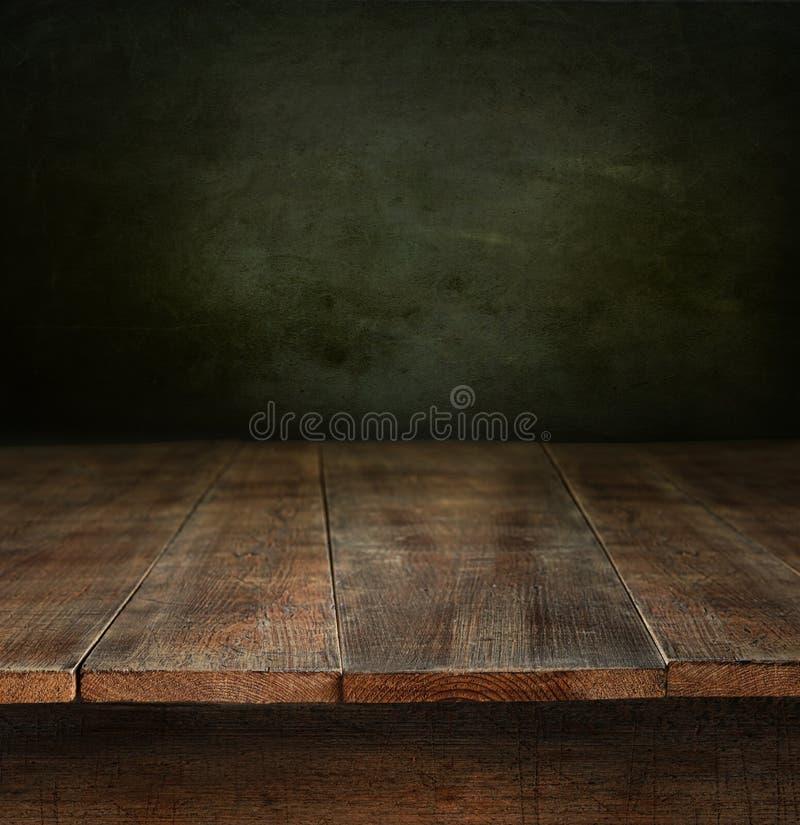 Παλαιός ξύλινος πίνακας με τη σκοτεινή ανασκόπηση στοκ φωτογραφίες με δικαίωμα ελεύθερης χρήσης