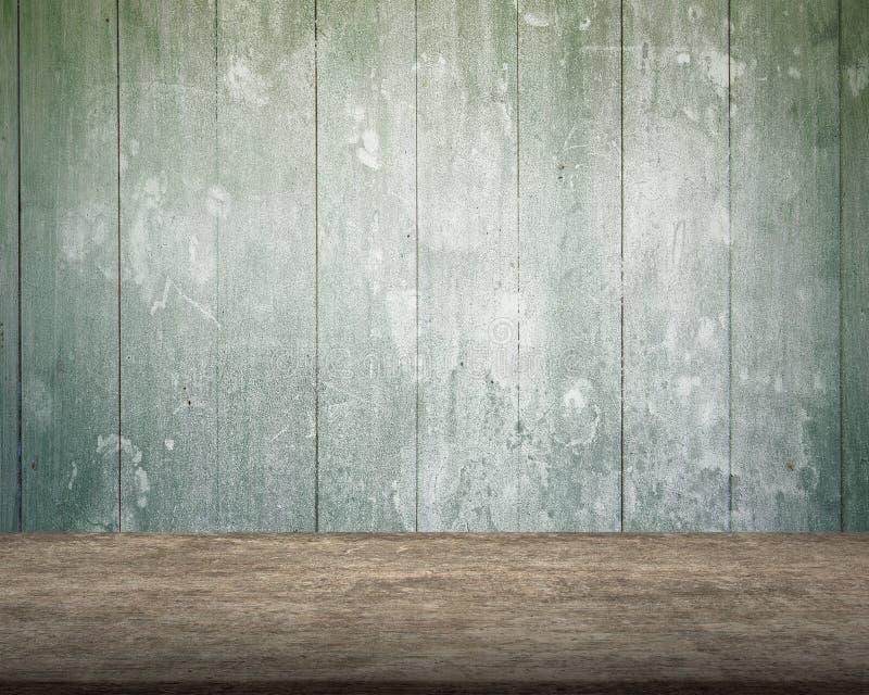 Παλαιός ξύλινος πίνακας με το πράσινο ξύλινο υπόβαθρο τοίχων στοκ εικόνες