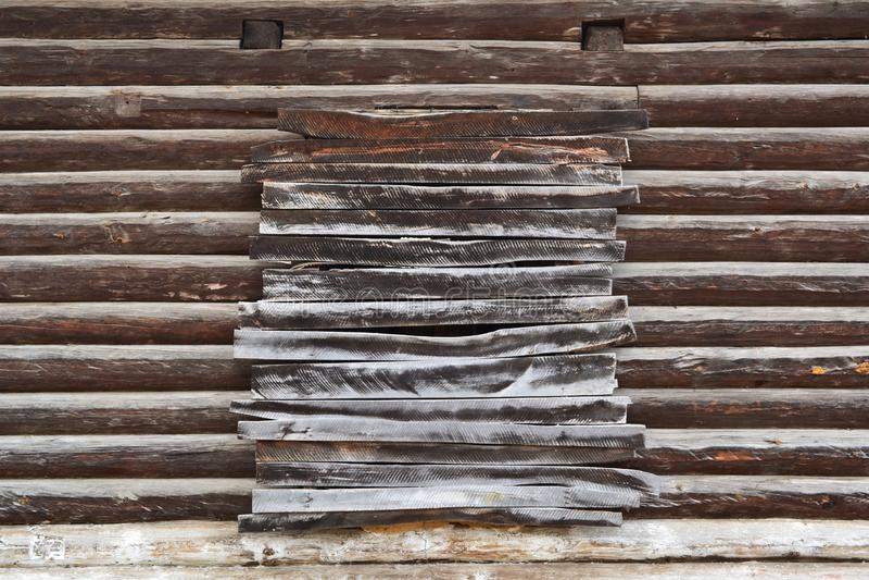 Παλαιός ξύλινος τοίχος με επιβιβασμένος επάνω στο παράθυρο Πρόσοψη ενός σπιτιού κούτσουρων που χτίζεται στο τέλος του 19ου αιώνα  στοκ εικόνες με δικαίωμα ελεύθερης χρήσης