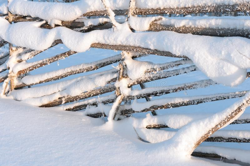 Παλαιός ξύλινος φράκτης με το χιόνι το χειμώνα στοκ εικόνες