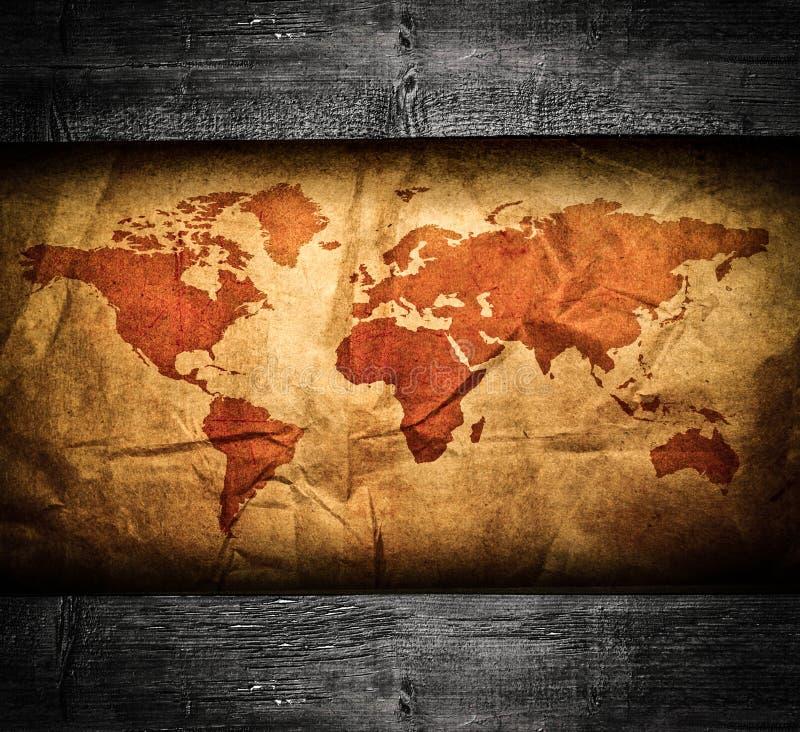 Παλαιός παγκόσμιος χάρτης στο ξύλινο πλαίσιο grunge στοκ εικόνα