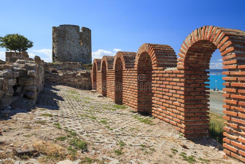 Παλαιός πύργος και ανασκαφές της εκκλησίας στην παραλία σε Nessebar στοκ φωτογραφίες
