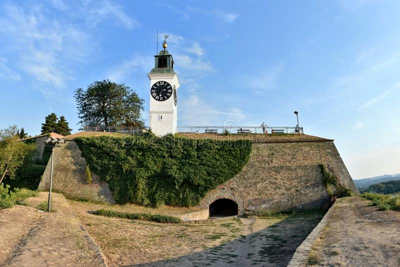 Παλαιός πύργος ρολογιών στο φρούριο Petrovaradin στοκ εικόνες