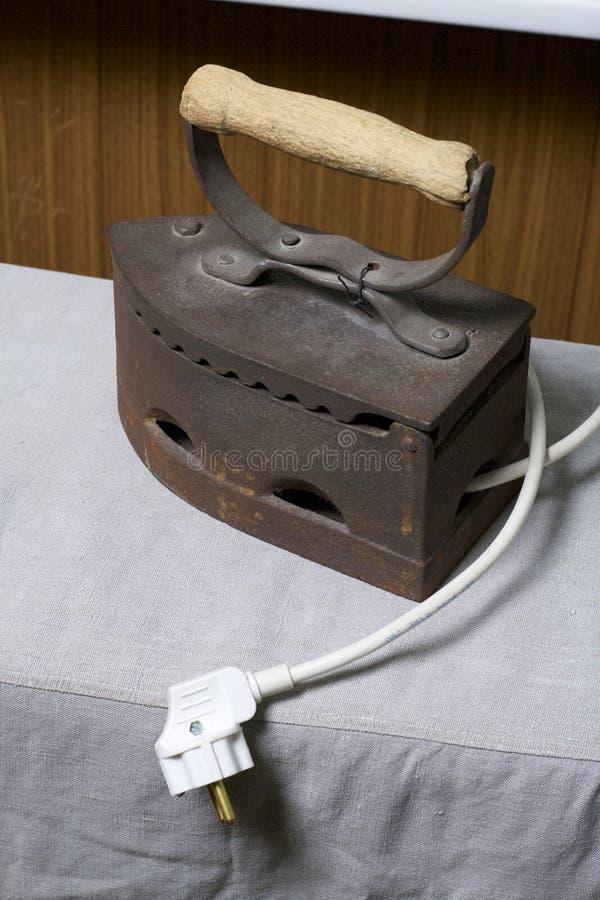 Παλαιός σίδηρος, που θερμαίνεται από τους καυτούς άνθρακες Τοποθετημένος στο ύφασμα λινού Ορατό σκοινί με το βούλωμα κολάζ στοκ εικόνα με δικαίωμα ελεύθερης χρήσης