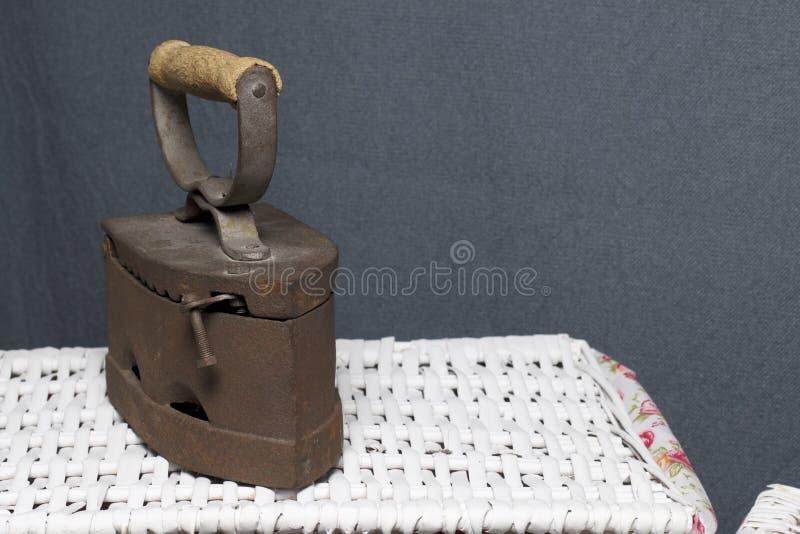 Παλαιός σίδηρος, που θερμαίνεται από τους καυτούς άνθρακες Τοποθετημένος ψάθινα καλάθια στοκ εικόνα με δικαίωμα ελεύθερης χρήσης