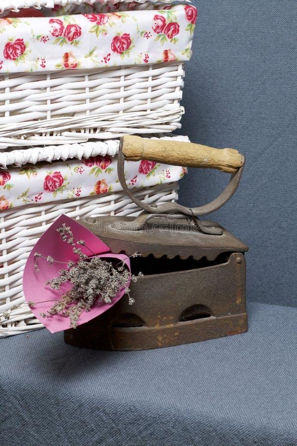 Παλαιός σίδηρος, που θερμαίνεται από τους καυτούς άνθρακες Τοποθετημένος κοντά ψάθινα καλάθια Μια ανθοδέσμη των ξηρών λουλουδιών  στοκ φωτογραφίες