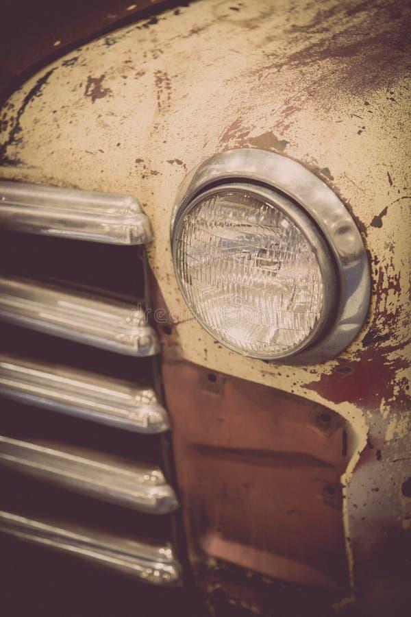 Παλαιός σκουριασμένος προβολέας φορτηγών στοκ φωτογραφία
