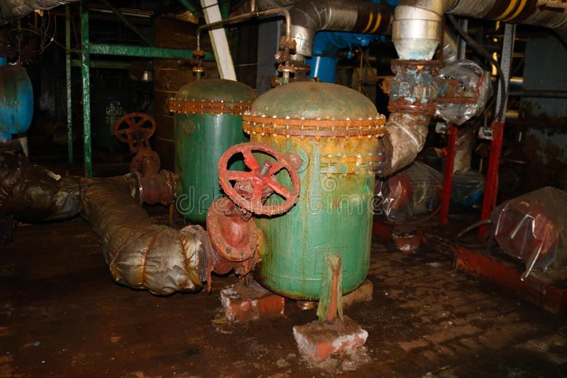Παλαιός σκουριασμένος σίδηρος μετάλλων που εγκαταλείπεται κακός στις αντλίες σωλήνων ανταλλακτών θερμότητας εξοπλισμού διάβρωσης  στοκ εικόνες