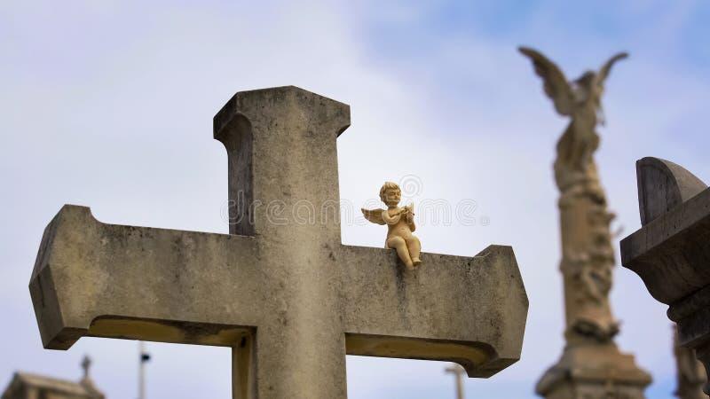 Παλαιός σταυρός πετρών με λίγο γλυπτό αγγέλου στο νεκροταφείο πύργων στη Νίκαια, Γαλλία στοκ εικόνα