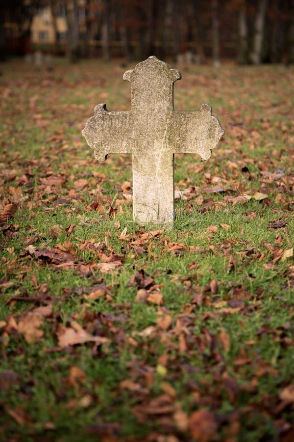 Παλαιός σταυρός τάφων στοκ εικόνες