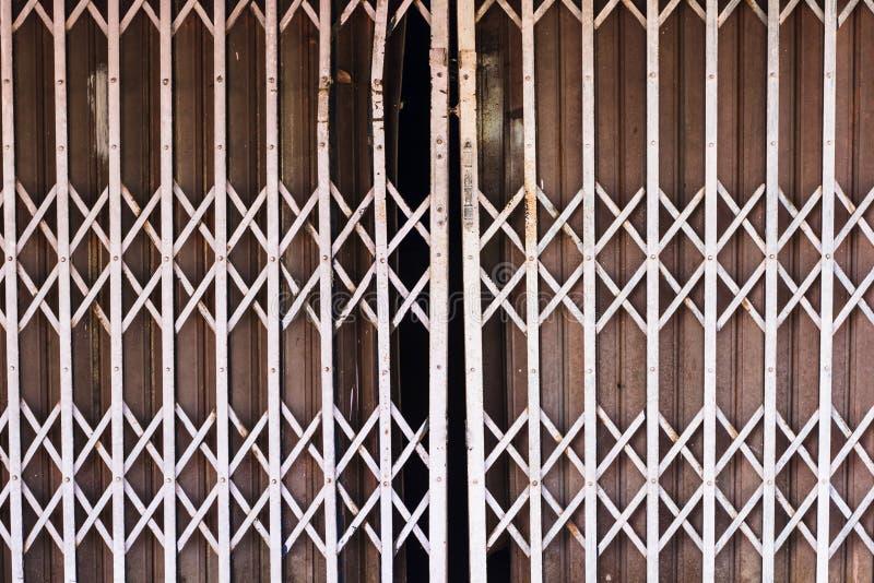Παλαιός στενός επάνω χάλυβα σιδήρου πλήρες μακρο πλάνο πιτσών πλαισίων Πόρτες χάλυβα που χρησιμοποιούνται ευρέως στην Ταϊλάνδη πρ στοκ φωτογραφία