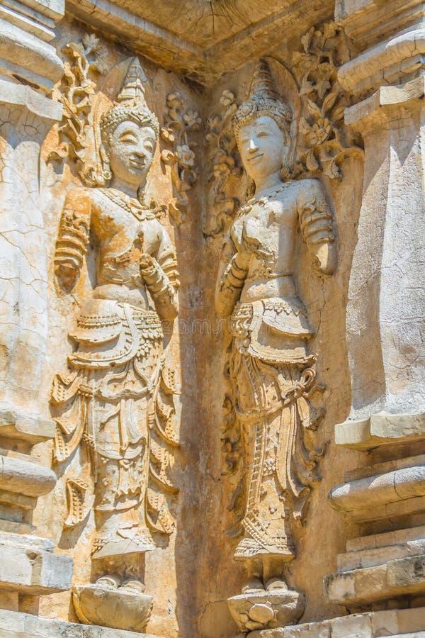 Παλαιός στόκος Βούδας και αριθμοί αγγέλου για έξω από τη Maha Chedi Wat Chet Yot (Wat Jed Yod) ή Wat Photharam Maha Vihara, τ στοκ εικόνα