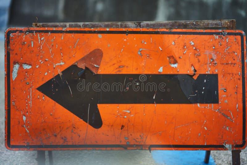 Παλαιός, σχίστε μακριά και σκουριασμένο σημάδι βελών στοκ φωτογραφία με δικαίωμα ελεύθερης χρήσης