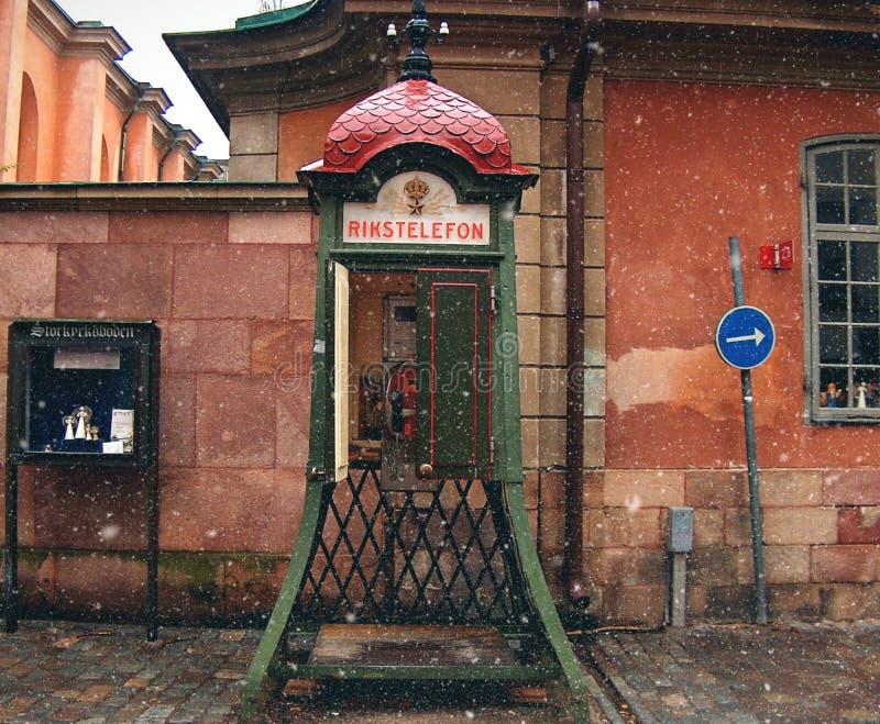 παλαιός τηλεφωνικός θάλαμος κάτω από το χιόνι στην περιοχή Gamla Stan Στοκχόλμη στοκ φωτογραφία με δικαίωμα ελεύθερης χρήσης