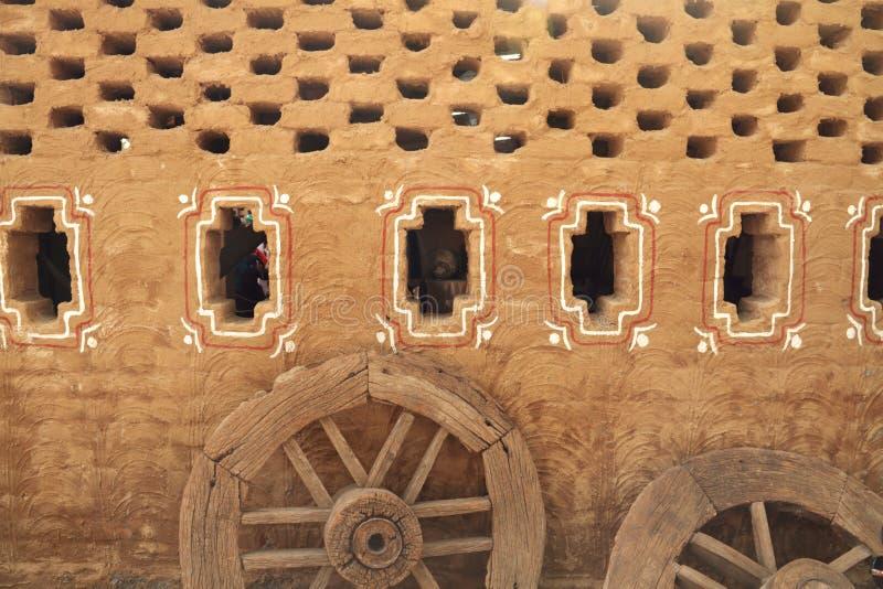 Παλαιός τοίχος του χωριού σπιτιών ύφους στην Ινδία στοκ φωτογραφίες