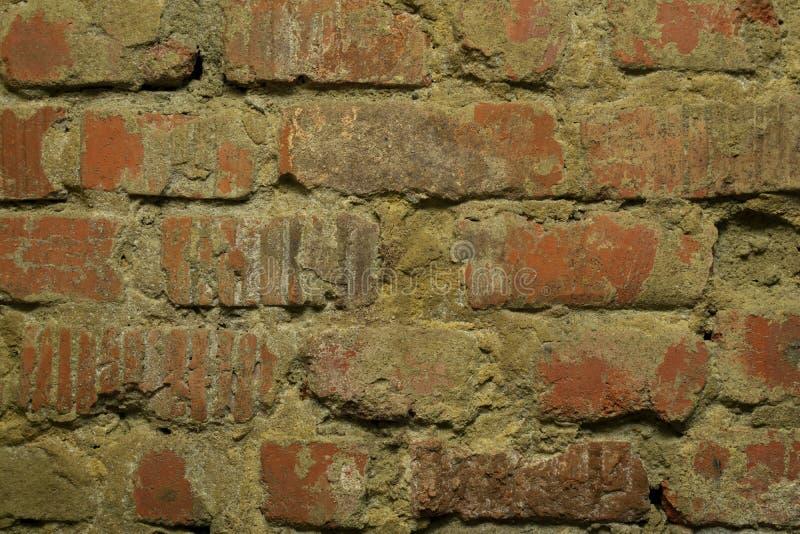 Παλαιός τοίχος τούβλινου με το θρυμματισμένο ασβεστοκονίαμα στοκ εικόνα με δικαίωμα ελεύθερης χρήσης