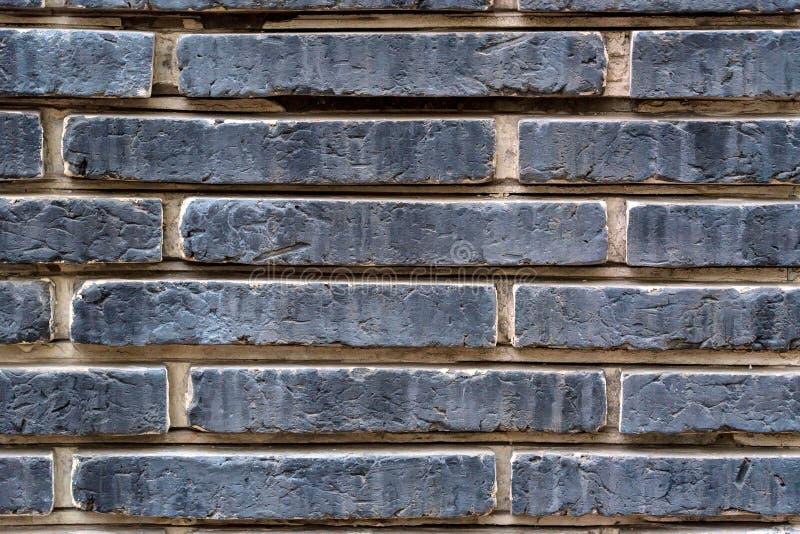 Παλαιός τοίχος των σκούρο γκρι τούβλων πετρών στοκ φωτογραφία με δικαίωμα ελεύθερης χρήσης