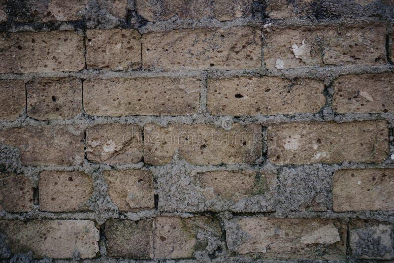 Παλαιός τουβλότοιχος και ελλείποντα τούβλα στις καταστροφές στοκ εικόνες