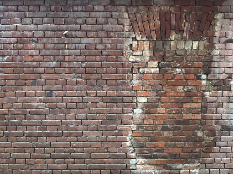 Παλαιός τούβλινος τοίχος με ένα παράθυρο, που αποκαθίσταται από τις πέτρες του ίδιου τύπου στοκ φωτογραφία με δικαίωμα ελεύθερης χρήσης