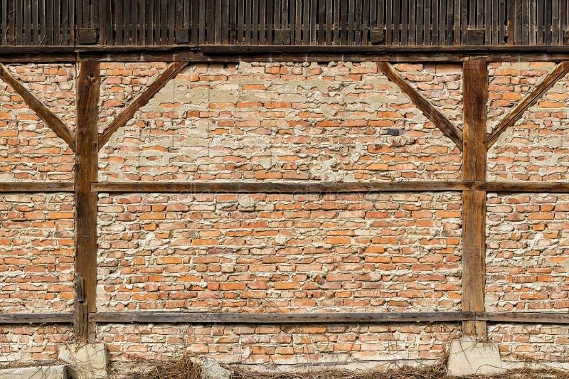 Παλαιός τούβλινος τοίχος με τις ξύλινες ακτίνες υποστήριξης στοκ εικόνες