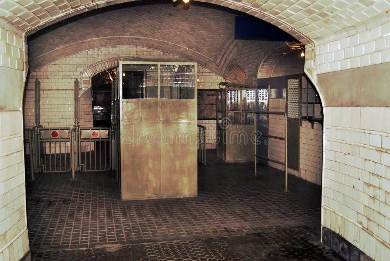 παλαιός υπόγειος εισόδ&ome στοκ εικόνες