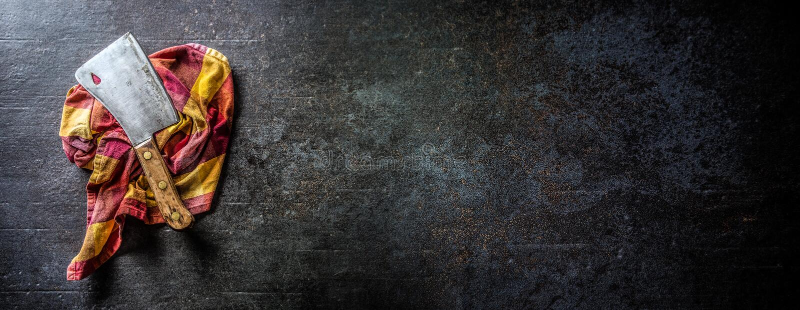 Παλαιός χασάπης κρέατος στο σκοτεινό συγκεκριμένο πίνακα στοκ εικόνες