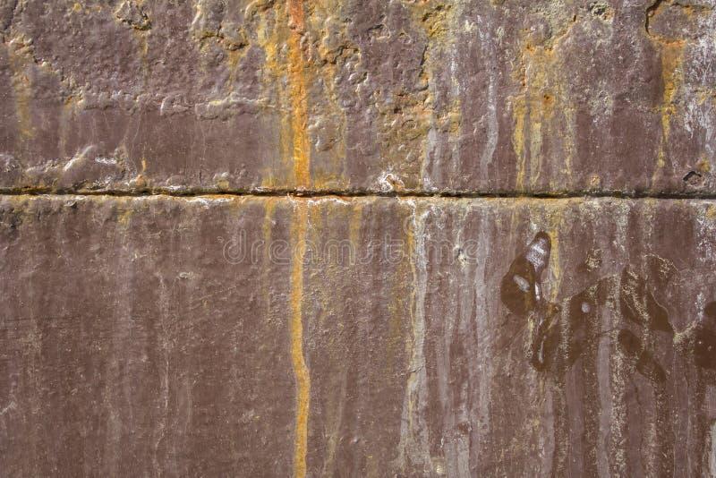 παλαιός shabby καφετής σκουριασμένος τοίχος μετάλλων με ένα οριζόντιο λωρίδα, μπαλώματα του άσπρου χρώματος και του ρύπου r στοκ εικόνες με δικαίωμα ελεύθερης χρήσης