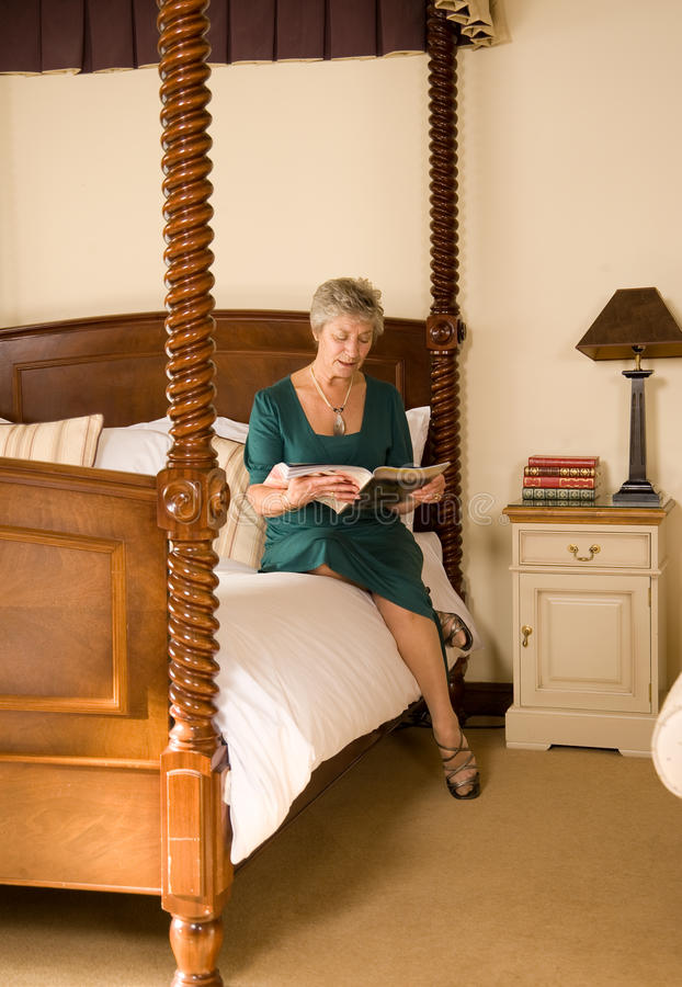 παλαιότερη ανάγνωση γυνα&i στοκ εικόνες