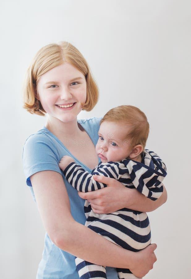 Παλαιότεροι αδελφή και μικρότερος αδερφός στο άσπρο υπόβαθρο στοκ φωτογραφία με δικαίωμα ελεύθερης χρήσης