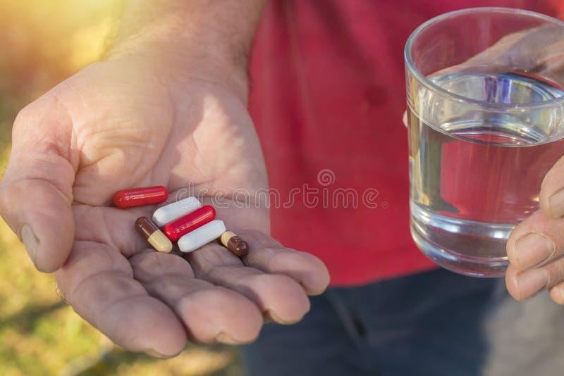 Παλαιότερο ανθρώπινο χέρι με τα χάπια στοκ φωτογραφία με δικαίωμα ελεύθερης χρήσης