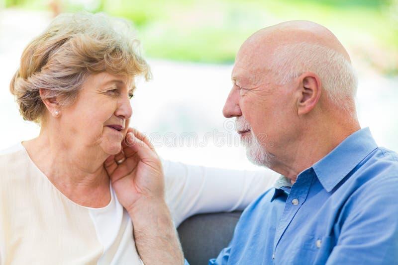 Παλαιότερο ζεύγος που φροντίζει το ένα το άλλο στοκ φωτογραφίες