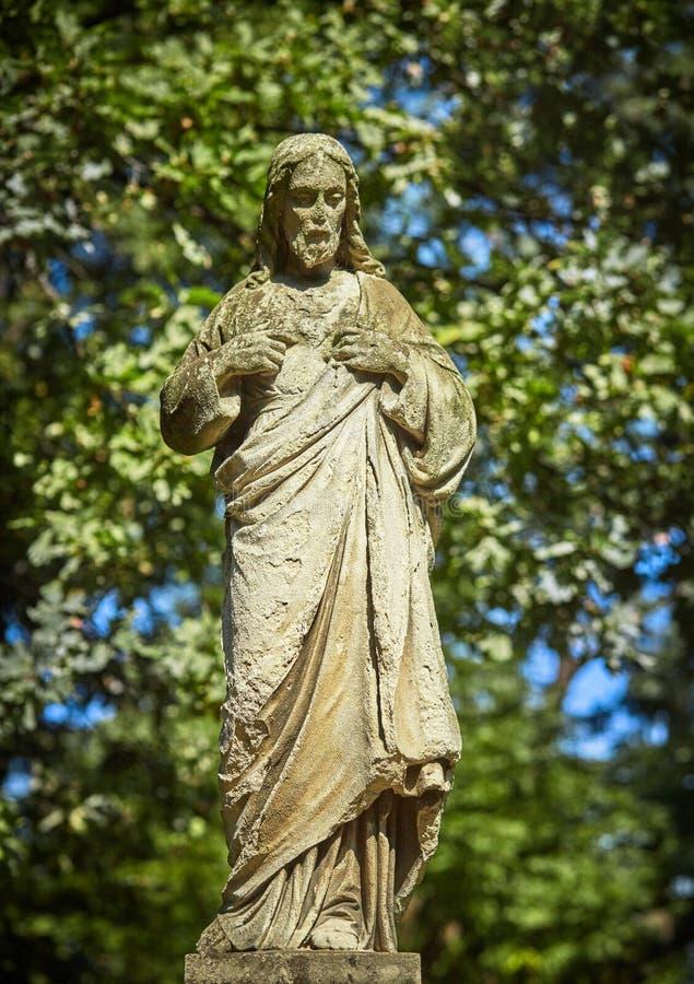 Παλαιό άγαλμα του βασάνου της θρησκείας του Ιησούς Χριστού, έννοια αναζοωγόνησης πίστης στοκ εικόνα με δικαίωμα ελεύθερης χρήσης