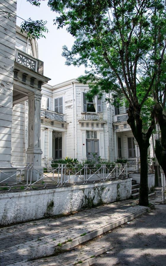 Παλαιό άσπρο κτήριο στο νησί, Buyukada, νησιά των πριγκήπων, Ιστανμπούλ στοκ εικόνες