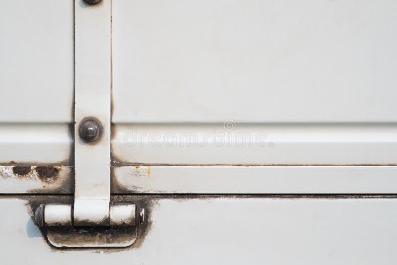 Παλαιό άσπρο φορτηγό με σκουριασμένο, grunge άσπρο υπόβαθρο χρωμάτων μετάλλων στοκ εικόνες με δικαίωμα ελεύθερης χρήσης