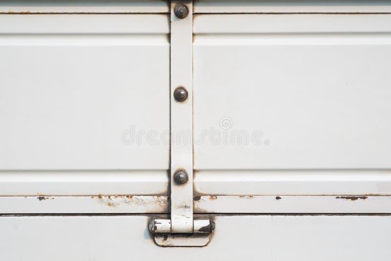Παλαιό άσπρο φορτηγό με σκουριασμένο, grunge άσπρο υπόβαθρο χρωμάτων μετάλλων στοκ εικόνες