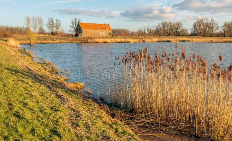 Παλαιό αγρόκτημα στην άκρη μιας λίμνης στοκ φωτογραφία με δικαίωμα ελεύθερης χρήσης