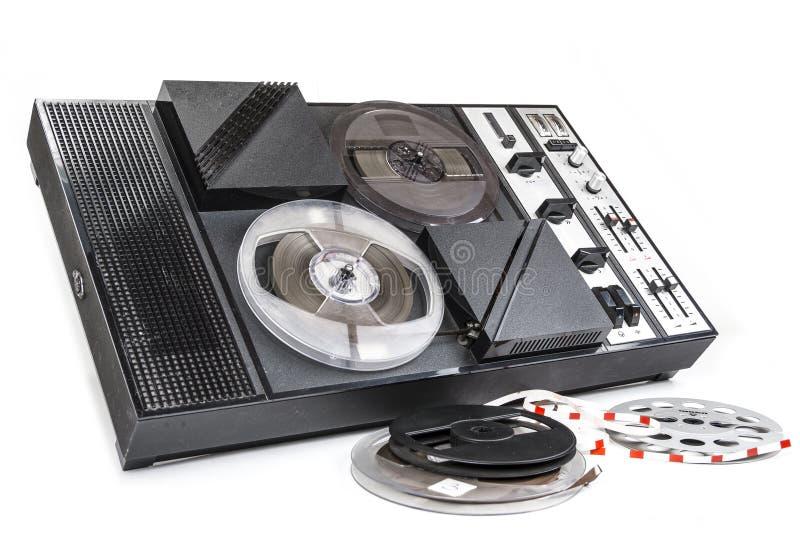 Παλαιό ακουστικό εξέλικτρο οργάνων καταγραφής μαγνητικών ταινιών που τυλίγει από τη δεκαετία του '70 στοκ φωτογραφία